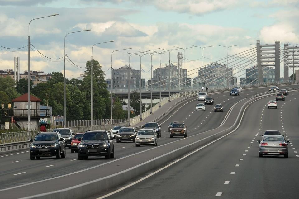 По вечерам и по утрам пробки в Петербурге достигают 8-9 баллов.