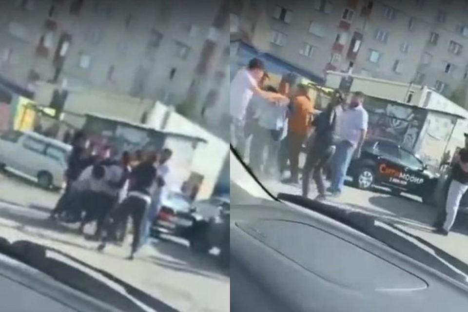 В Новосибирске автомобилисты устроили прямо на дороге массовую драку после аварии. Фото: Кадр из видео