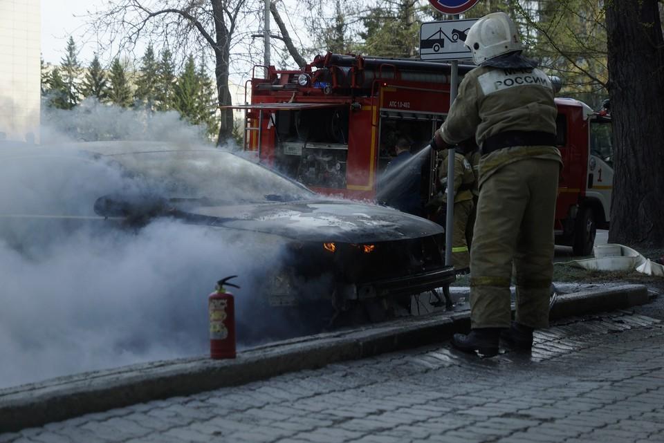 Пожарные потушили машины за пять минут