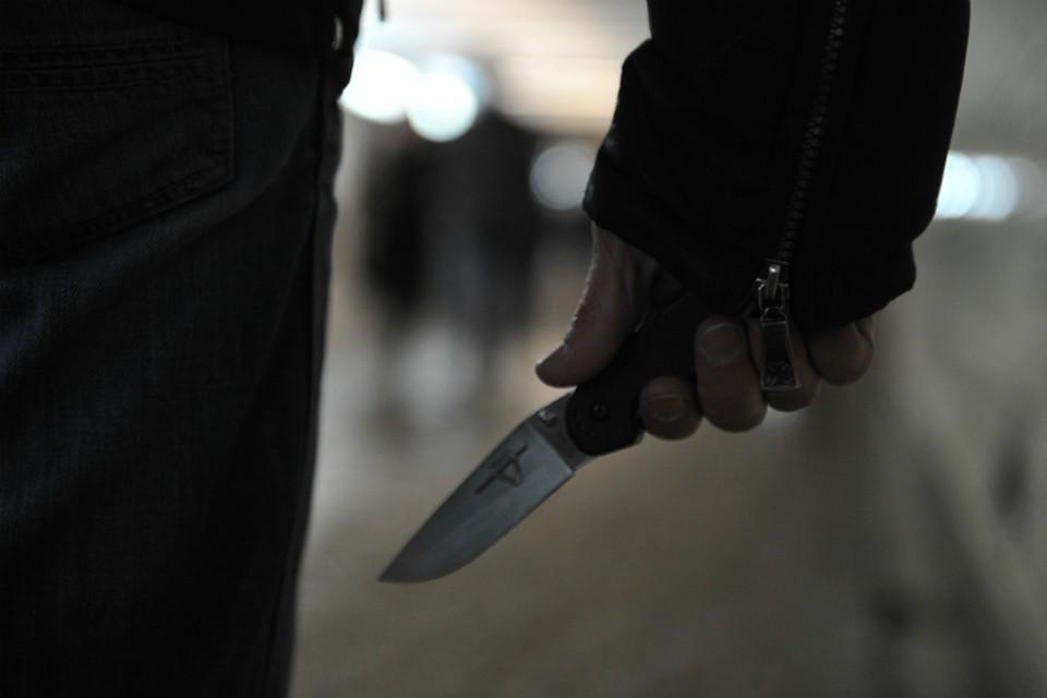 Пьяный отец набросился в ножам на собственного ребенка.
