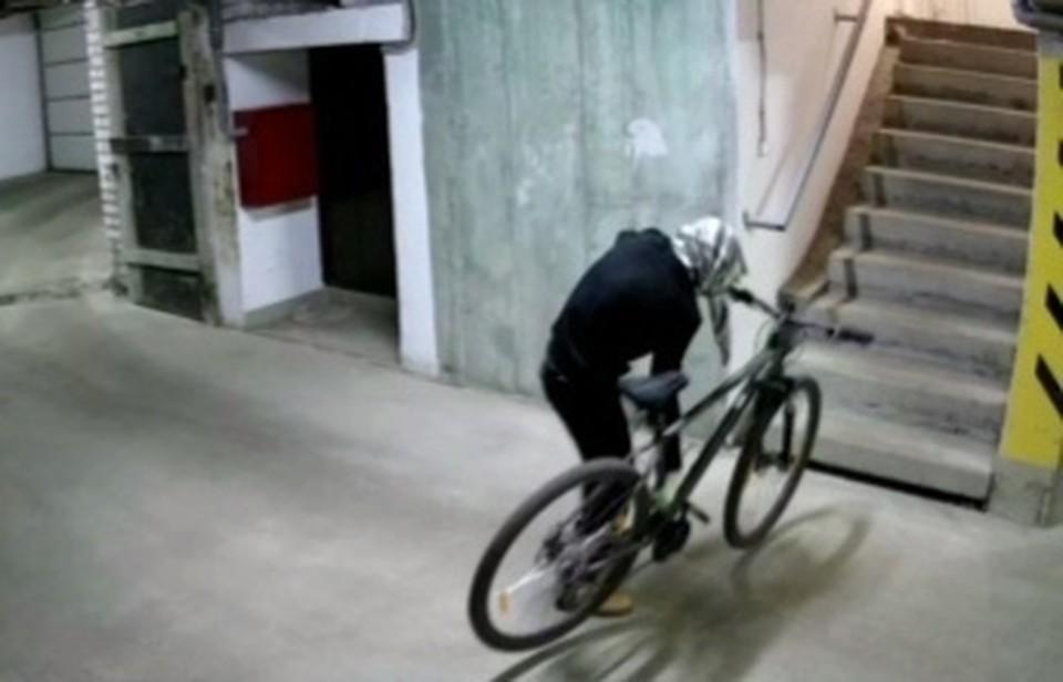 Мужчина старательно прятался от камер Фото: УМВД России по Тверской области