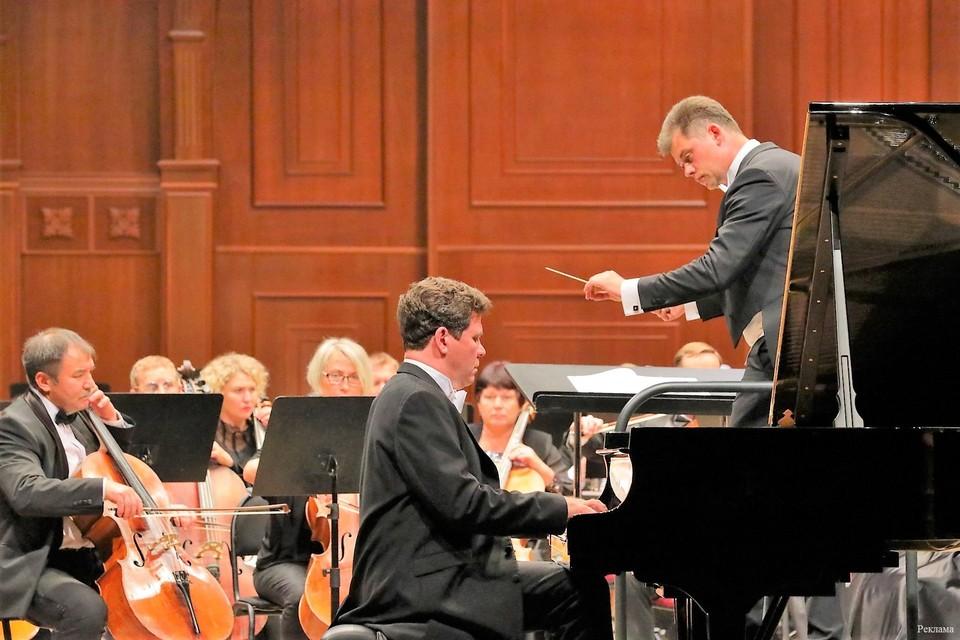 В исполнении Дениса Мацуева и симфонического оркестра под руководством дирижера Дмитрия Филатова прозвучали произведения Римского-Корсакова и Рахманинова.