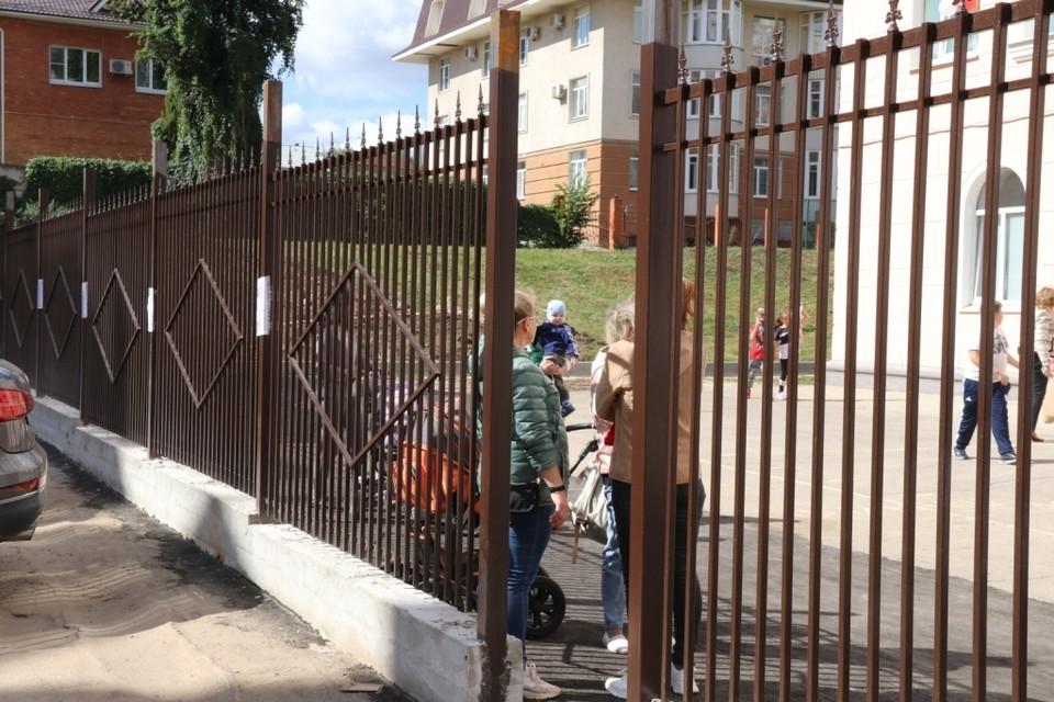 Вокруг школы №8 устанавливают новый забор.