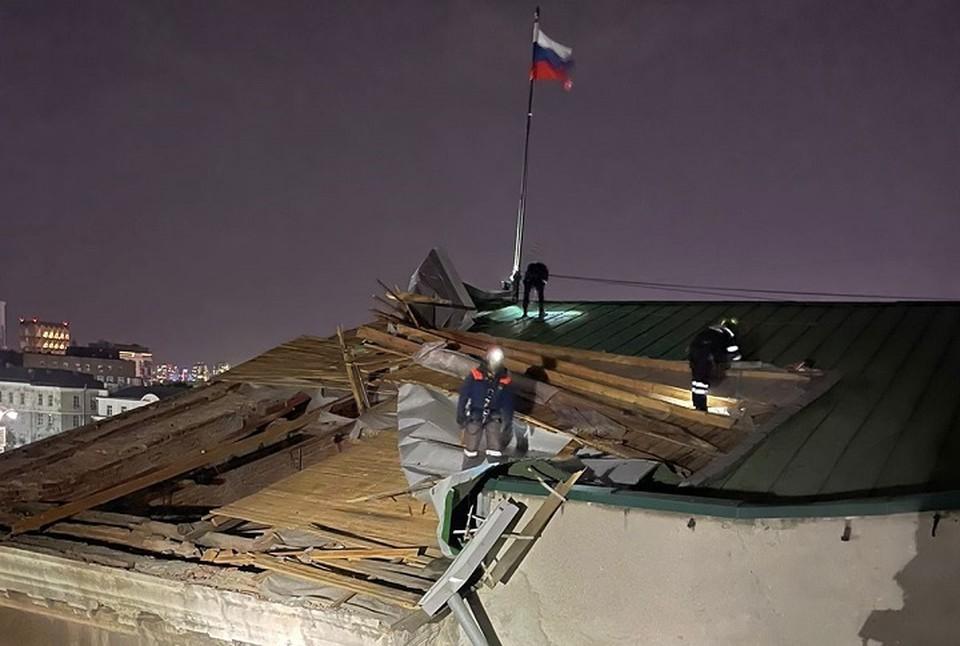 Ремонтная бригада чинит крышу на здании УрФУ по проспекту Ленина. Фото: ГУ МЧС по Свердловской области