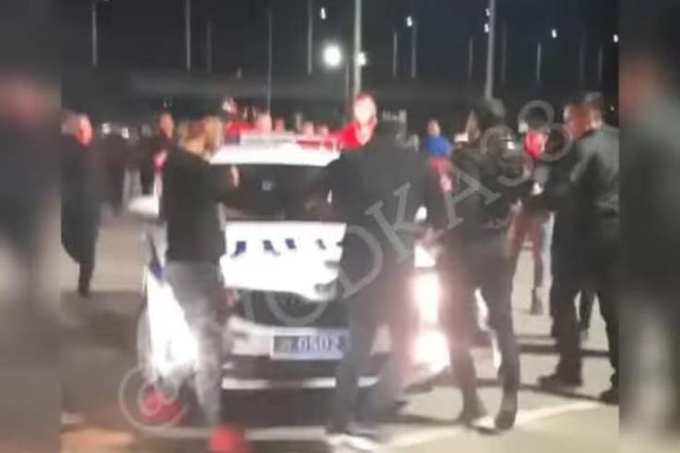 """""""А мне пофиг, у меня """" бабок"""" много"""": толпа в Иркутске водила хоровод вокруг машины ДПС. Фото: Сводка 38."""