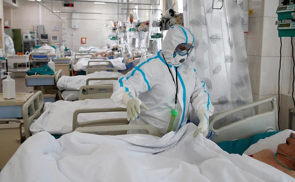 Пока свободные койки в больницах есть, но с такими цифрами заболевших,их скоро станет не хватать. Фото: РБК
