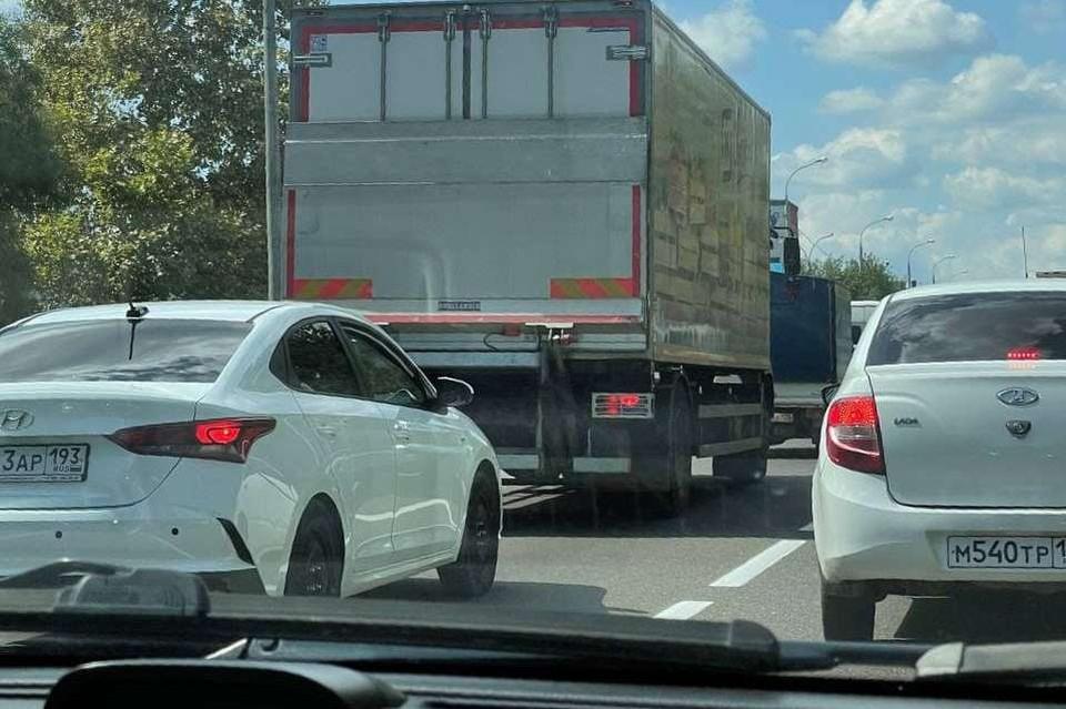 В пробке водителям придется простоять около получаса.