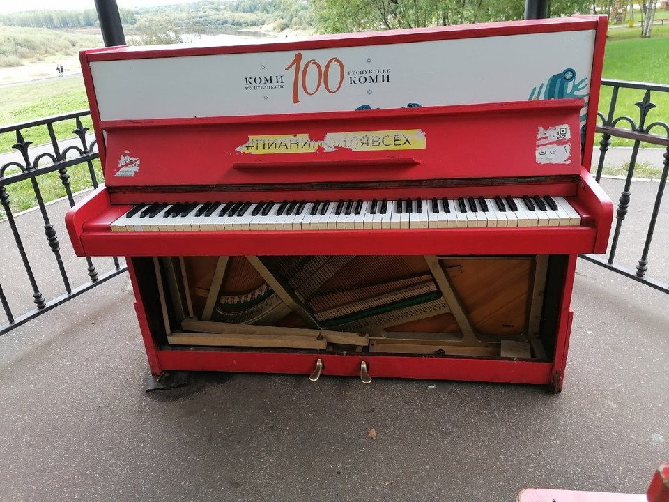 До следующего лета организаторы проекта будут думать, восстанавливать ли это пианино или искать другой инструмент. Фото: Полина Шабанова.