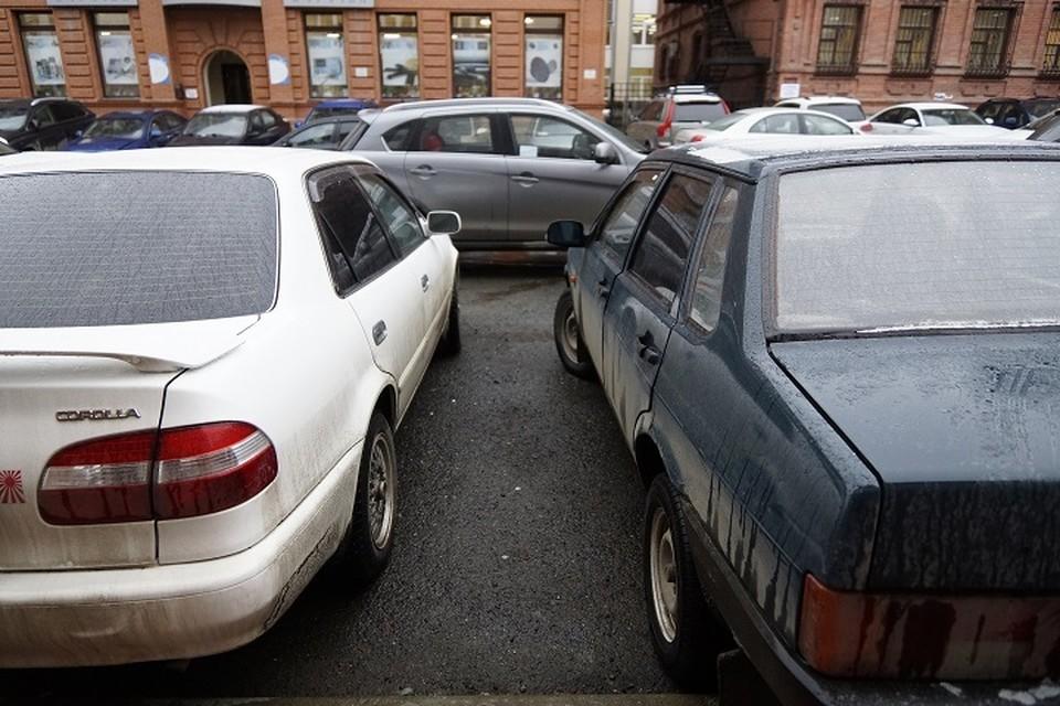 В час 17 машин, стоящих у остановки «Дом кино», мешают 732 пешеходам