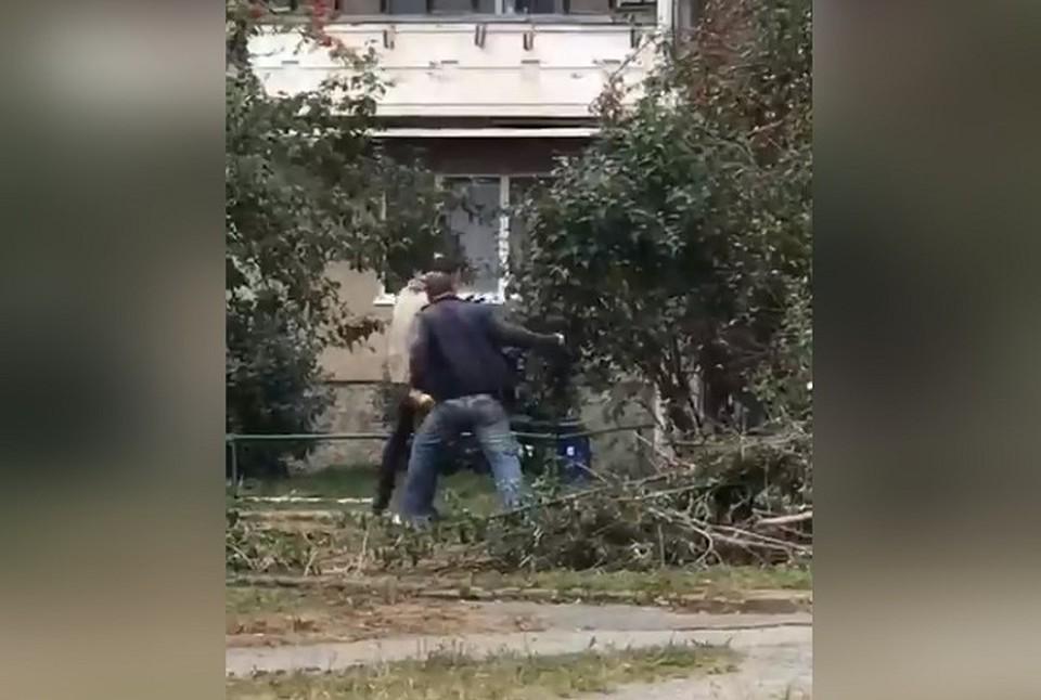 Мужчина неожиданно атаковал сотрудника коммунальной службы. Фото: паблик Типичный тагильчанин
