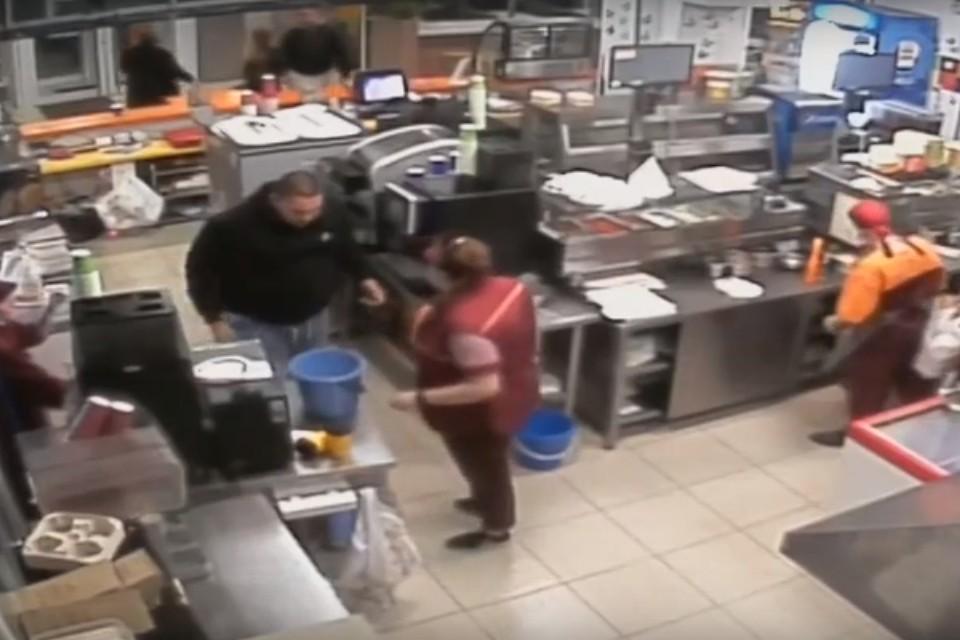 Мужчина крепкого телосложения ворвался в кафе, толкал сотрудниц и швырял вёдра и подносы. Фото: скрин с видео.