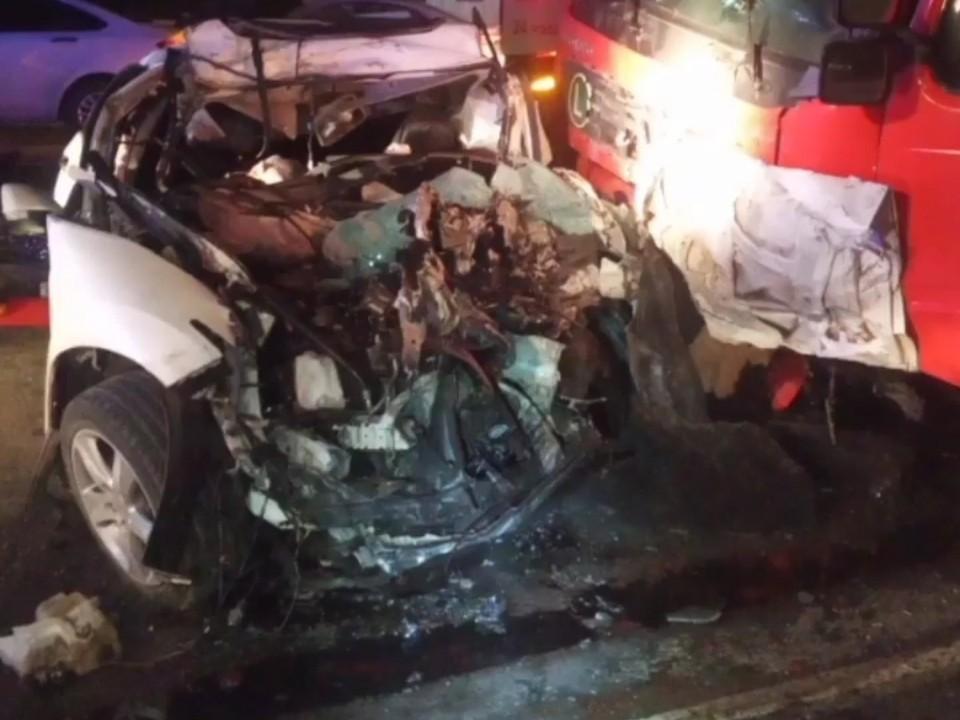 Автомобиль получил сильные повреждения, выжить в такой аварии было практически невозможно