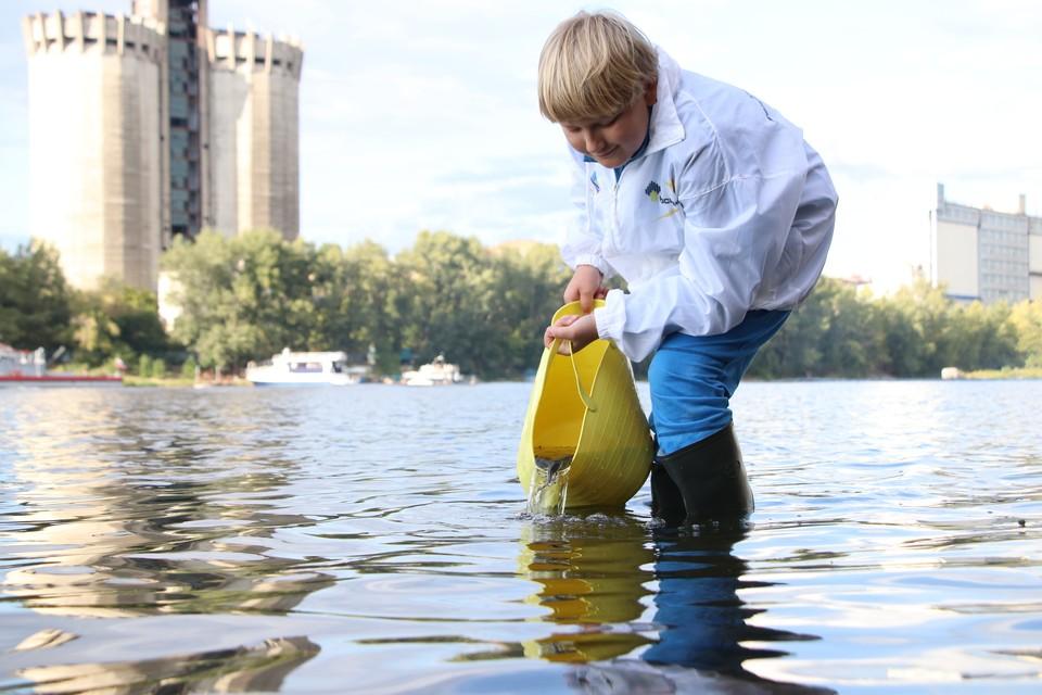 Заводчане и их дети надеются, что эко-акции помогут стерляди «выбраться» из Красной книги. Фото: Денис ЕГОРОВ