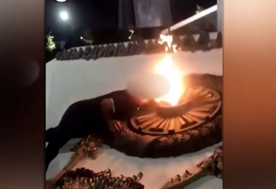 Прикуривали сигареты два парня. Видео на телефон снимала их подруга. Фото: скриншот с видео