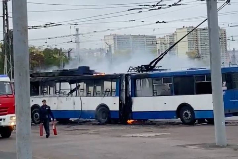 Троллейбус сгорел в троллейбусном парке Петербурга