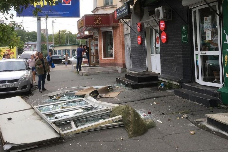 Стекла и балконная рама упали на асфальт