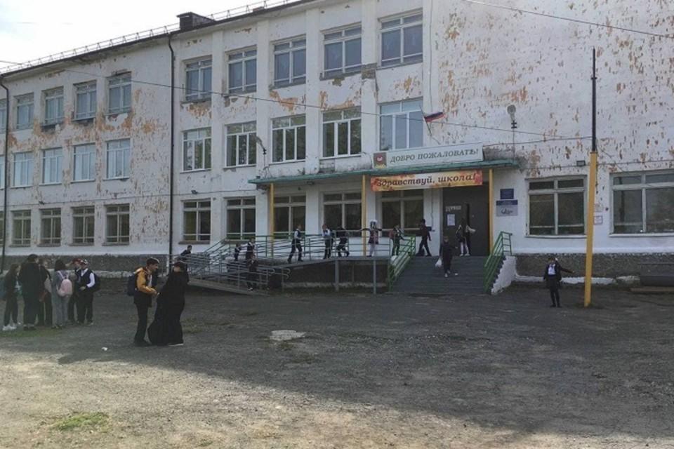 """Агитация происходила в «Верхнесинячихинской средней образовательной школы №2», где недавно завуч обозвала детей какашками. Фото: читатель """"КП"""""""