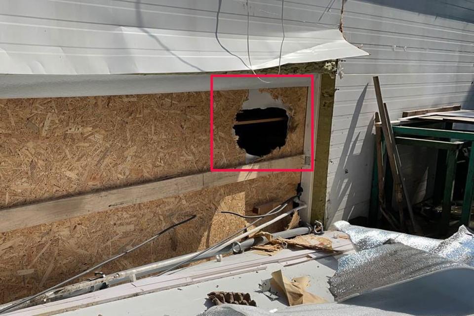 Воры протиснулись внутрь через отверстие справа.