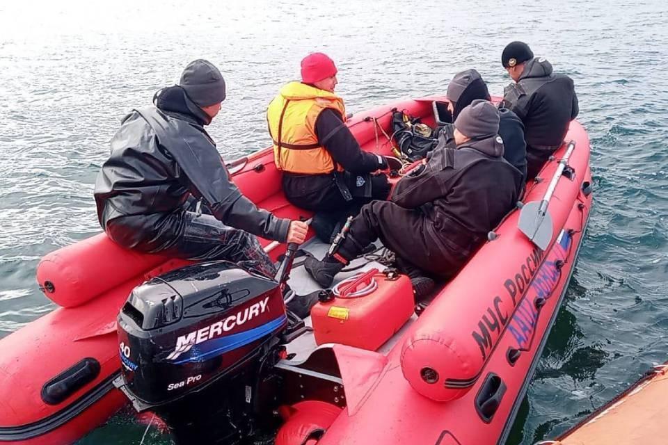 На борту катера было пять человек. Фото: МЧС по Мурманской области