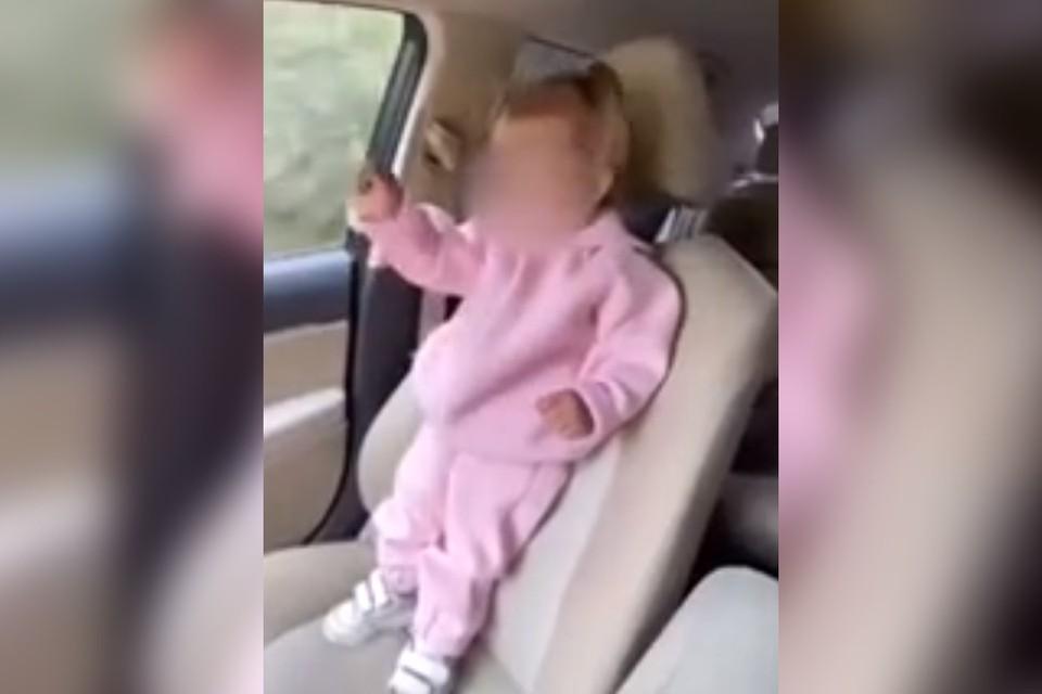 Подписчики сдали полиции блогершу из Иркутска за видео с малышом на переднем сидении и без автокресла. Фото: скриншот с видео