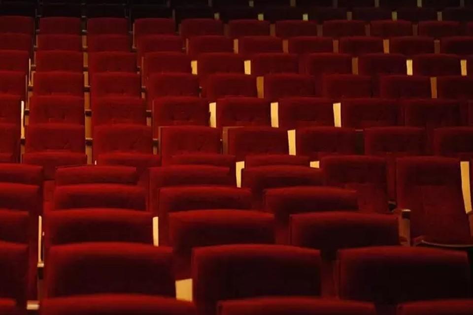 Театральные залы ждут публику.