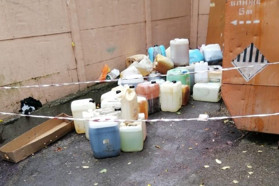 70 канистр с неизвестной химией кто-то оставил возле пухто в Петербурге. Фото: комитет по природопользованию Петербурга