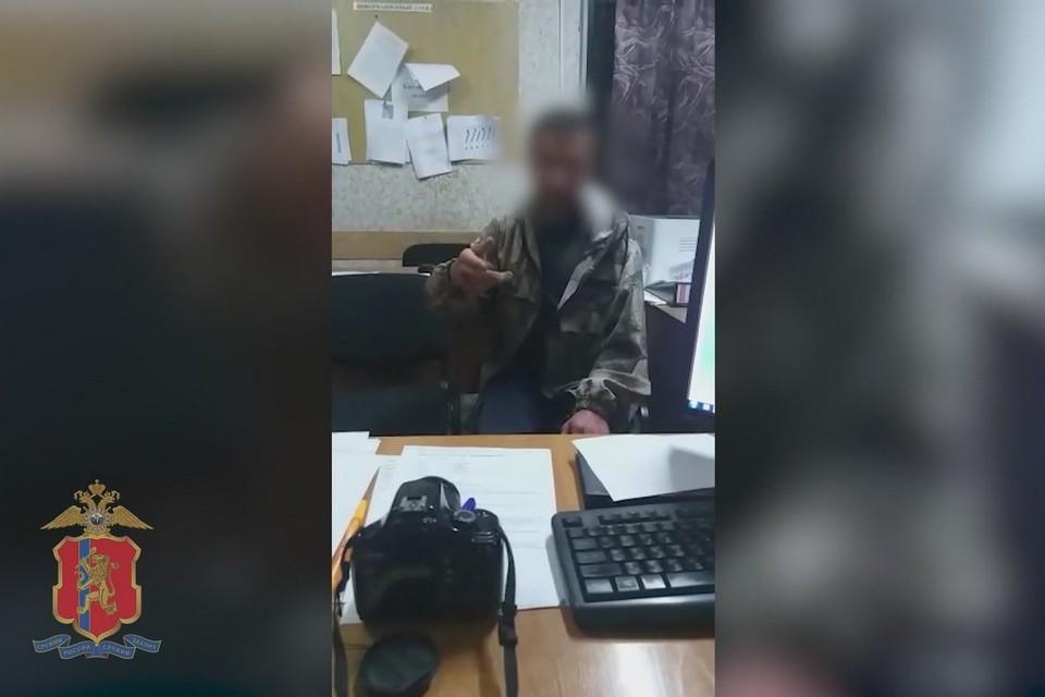 Житель Красноярского края оригинальным способом попросил у полицейских прикурить. Фото: стоп-кадр видео