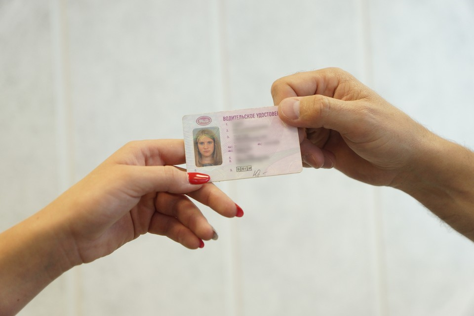 Девушки платили новому знакомому за несуществующие удостоверения, хотя если никогда не собирались водить машину