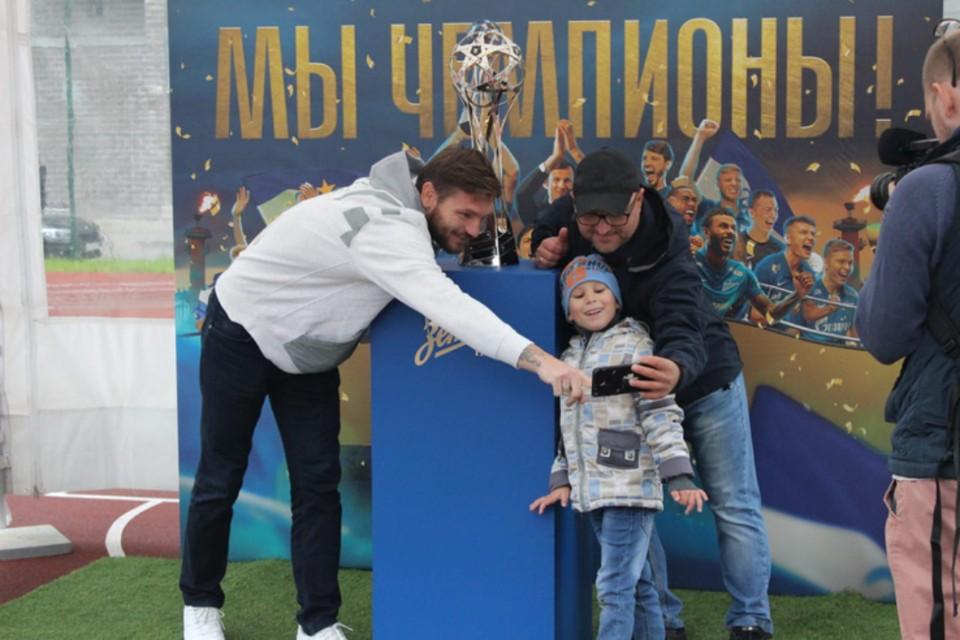 Жители Мурино были рады увидеть известных спортсменов. Фото предоставлено пресс-службой Правительства Ленобласти.