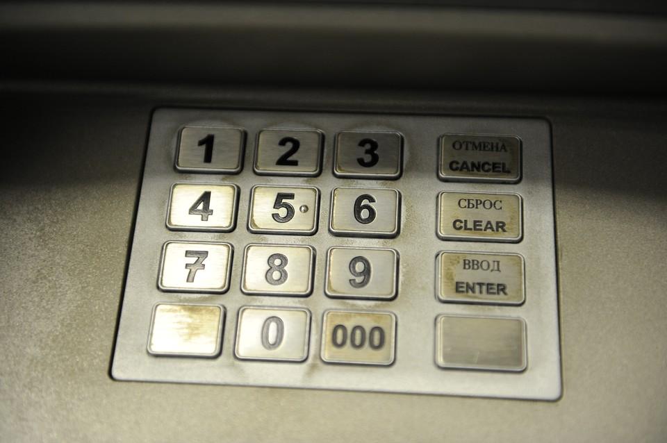 """В банковском терминале женщина скинула 380 тысяч на """"безопасный счет"""". И только потом поняла, что ее обманули."""