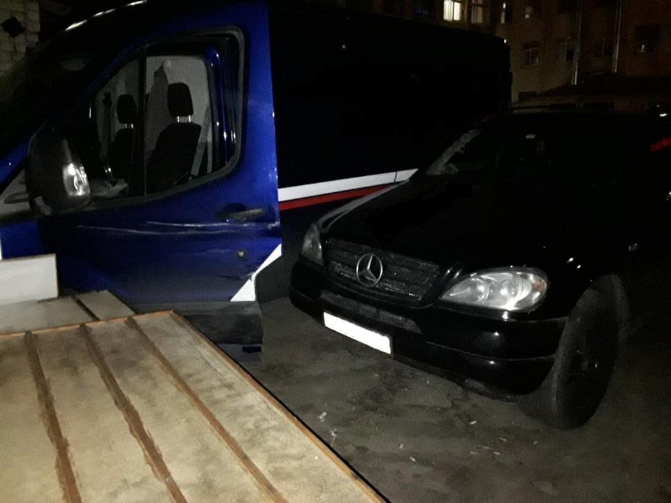 У здания почтамта в Рязани укатившийся почтовый фургон протаранил Mercedes-Benz