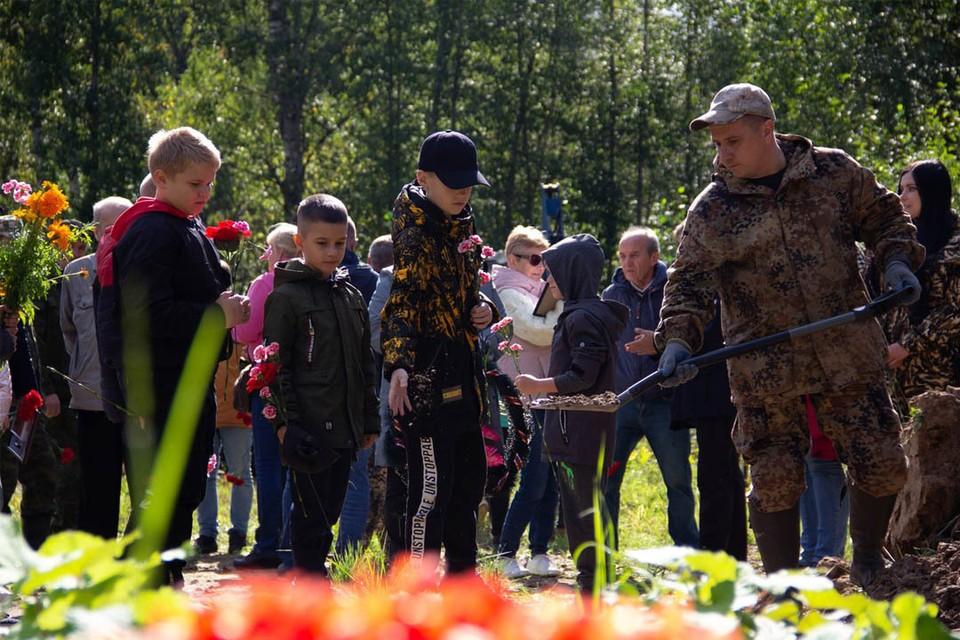 На церемонию прощания с найденными павшими во время войны приезжают родственники солдат, чьи имена удалось установить.Фото:vk.com/po_sz.