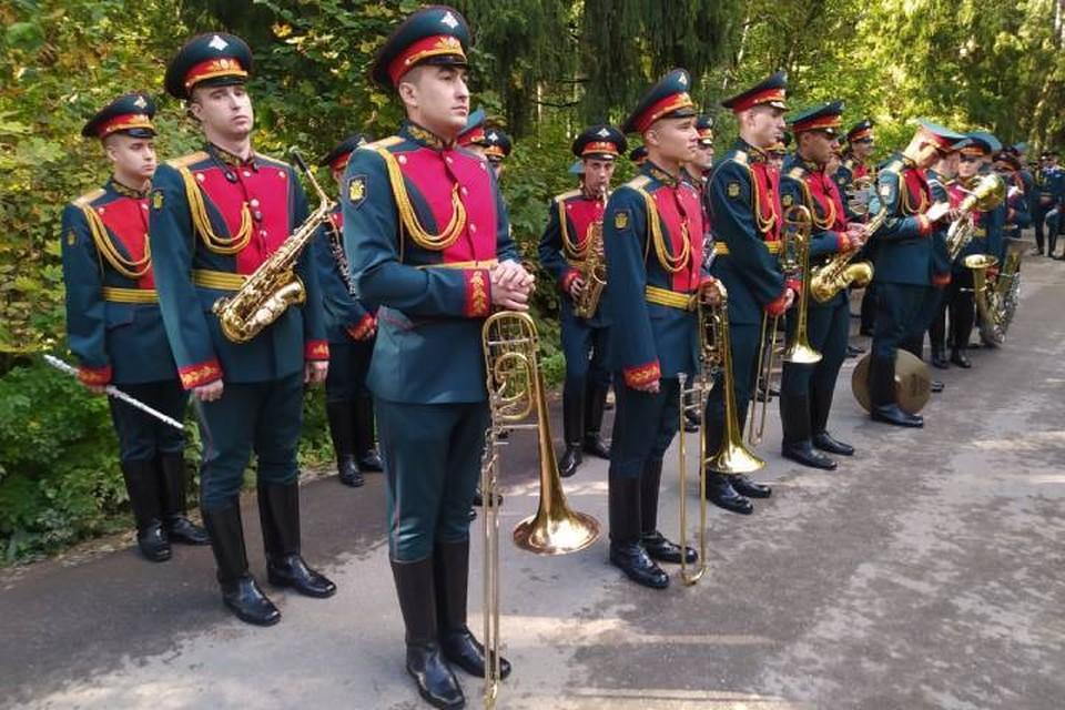 Военный образцовый оркестр почётного караула прибыл в Петербург на похороны главы МЧС