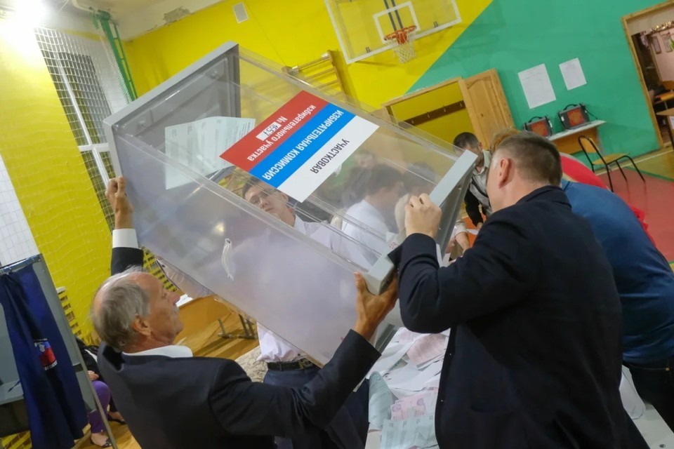 Студенты СПбГУ пожаловались на то, что их коллега просит фальсифицировать выборы в Заксобрание и Госдуму.