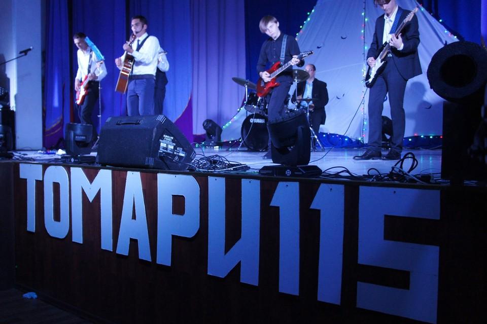 Вечером на сцене дома культуры прошёл праздничный концерт