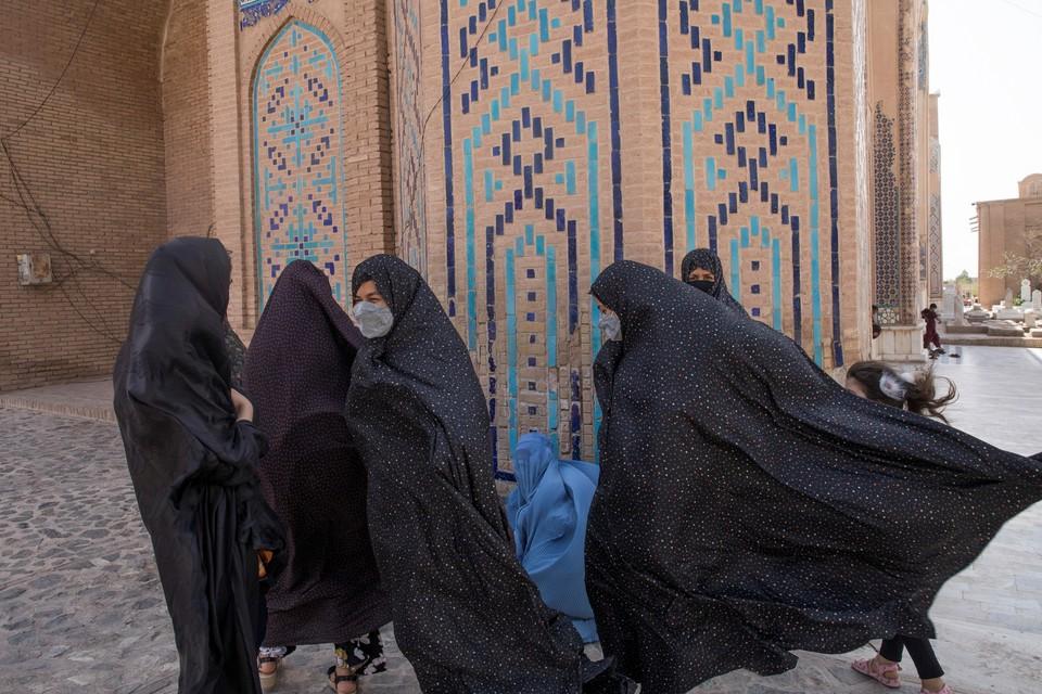 «Талибан»* объявил о новых правилах для студенток для защиты «исторических ценностей»