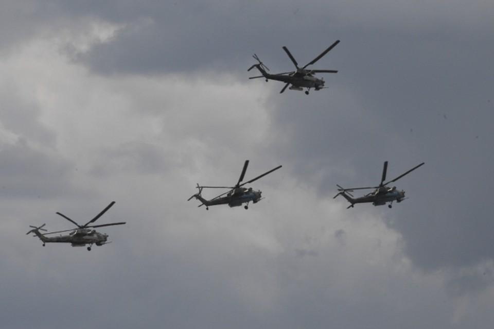 """Российские военные на учениях """"Запад-2021"""" показали вертолетную """"карусель"""""""