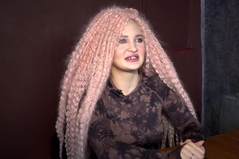 19-летний Архип привел в дом к родителям свою возлюбленную, 20-летнюю Мелиссу. Фото: кадр видео.