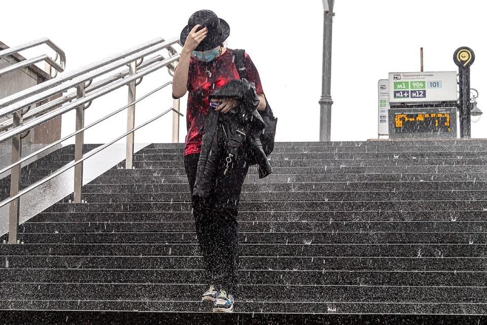 Синоптики предупредили москвичей о дожде и грозах 13 сентября 2021