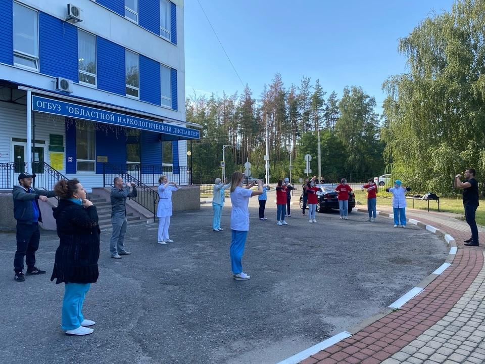 Завершилось мероприятие массовой зарядкой на свежем воздухе, которую провел обладатель черного пояса по кудо Юрий Давыдов