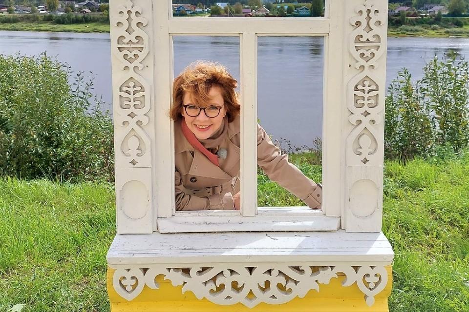 """Фекла Толстая с арт-объектом """"Резное окно"""" с видом на реку Сухону"""
