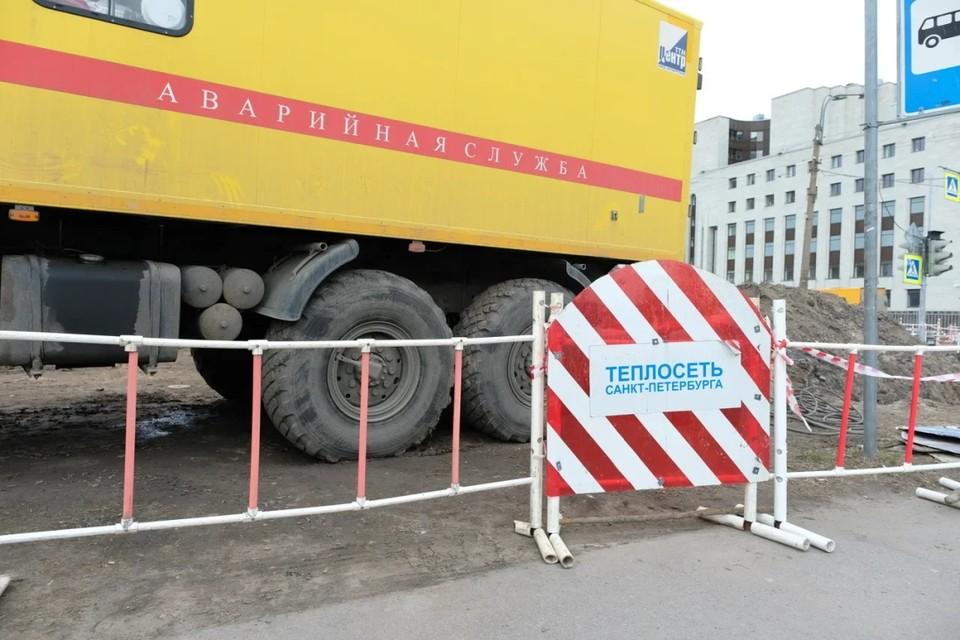 В Петербурге женщина обожгла ногу, частично провалившись под землю.