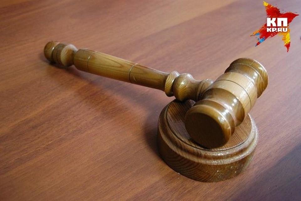 В отношении подсудимого было возбуждено уголовное дело за пособничество и превышение должностных полномочий.