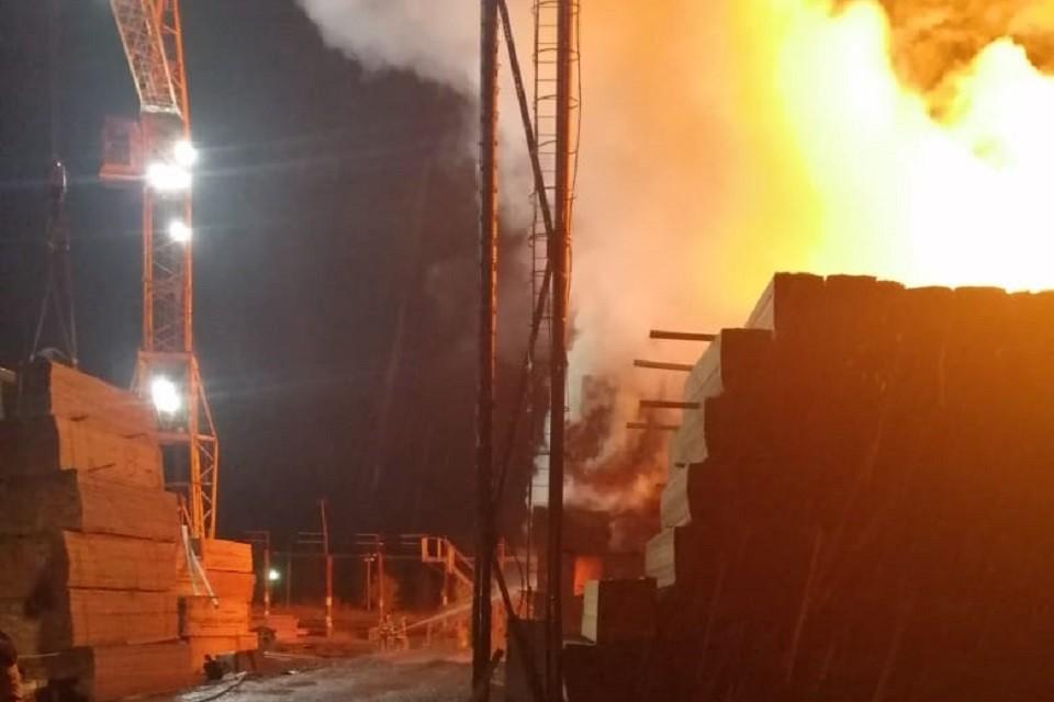 Штабель древесины горит на площади 1250 квадратных метров в Иркутской области