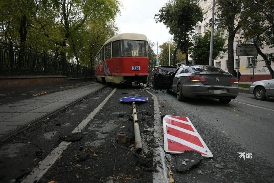 Трамвай проехал с сошедшим с рельс вагоном целую остановку