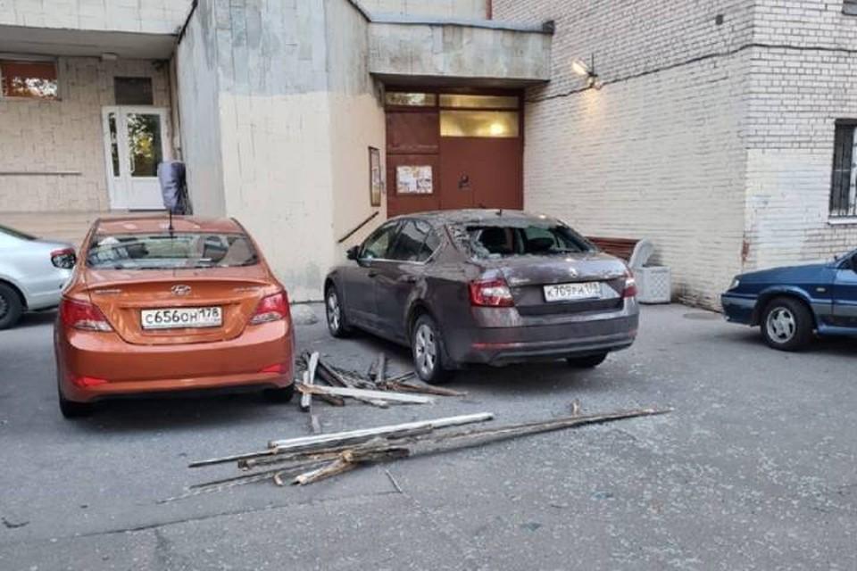 Балконная рама упала на машины в Петербурге