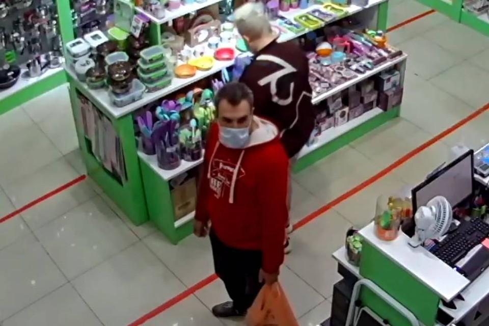 Иркутянина, который нашел чужую банковскую карту и оплатил ей покупки, разыскивает полиция