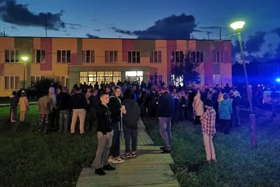 Несколько сотен человек требовали, чтобы власти задержали виновных