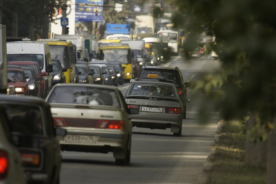 Из-за отключения перестали работать светофоры на нескольких перекрестках, и водители встали в огромные пробки