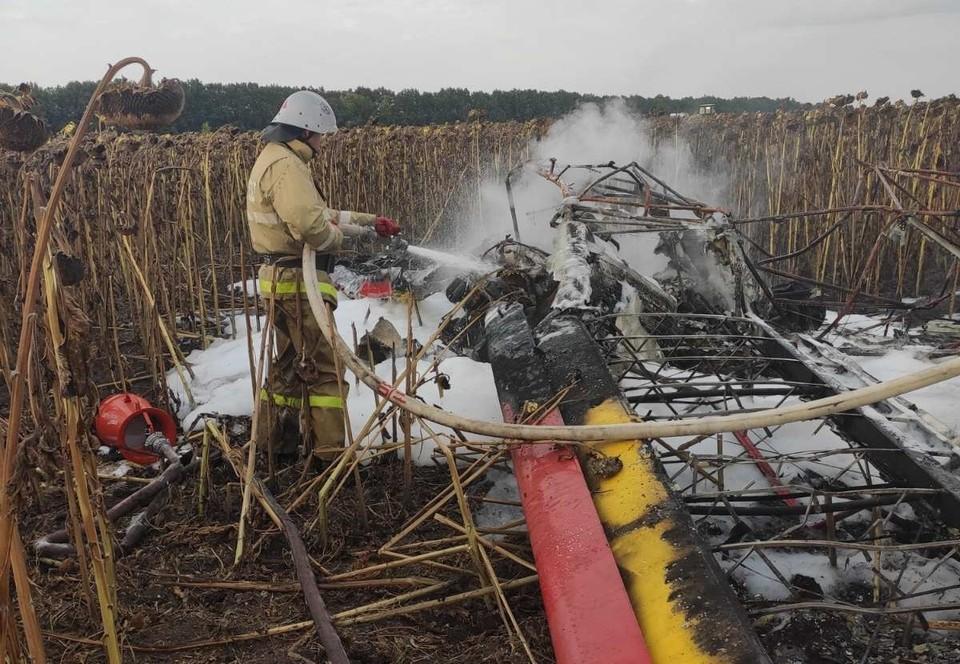 После падения самолет загорелся. Фото: пресс-служба ГУ МЧС России по Белгородской области.